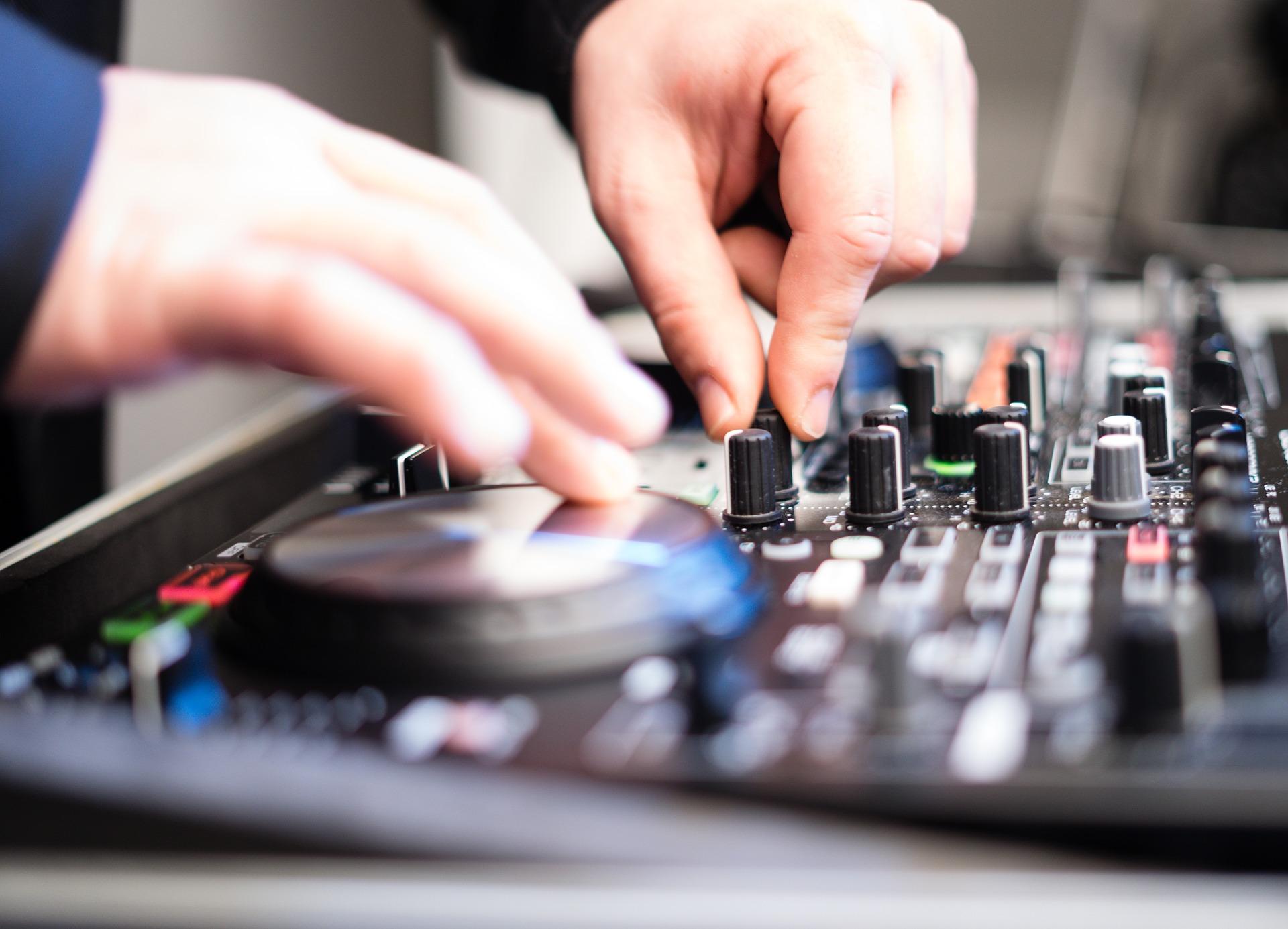 dj using controller